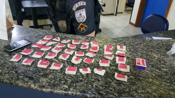 Droga: Papelotes de cocaína foram escondidos pelo suspeito embaixo do banco em que ele estava (Foto: Cedida pela Polícia Militar)