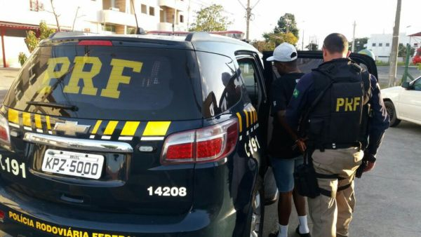 Agentes descobriram que contra ele havia um mandado de prisão em aberto, expedido em agosto do ano passado pela 12ª Vara Criminal de Fortaleza/CE (Foto: Cedida pela Polícia Rodoviária Federal)