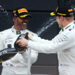 Alegria: Hamilton comemora a vitória ao lado de Valtteri Botta, que chegou em segundo no GP da Grã-Bretanha (Foto: Fotos Públicas/ LAT Images)