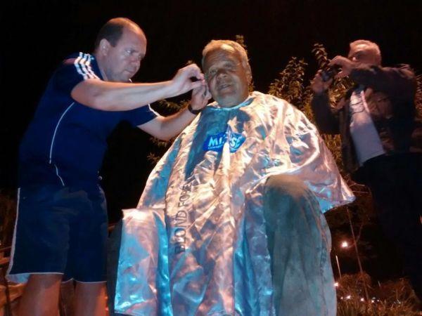 Solidariedade: Voluntário faz barba durante ação solidária em Volta Redonda (Foto: Enviada por WhatsApp)