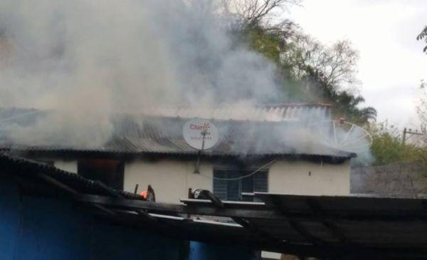 incendio-atinge-casa-em-barra-mansa