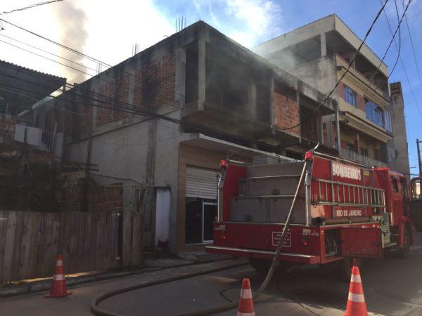 Bombeiros foram chamados e controlaram as chamas em prédio no bairro Vila Nova, em Barra Mansa (Foto: Cedida por Bia Carreiro)