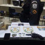 Ação policial: Revólver calibre 38, munições, quatro quilos de maconha prensada e dois pinos de cocaína foram apreendidos (Foto: Cedida pela Polícia Militar)