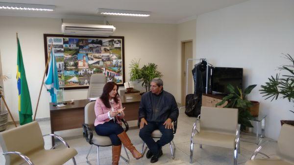No gabinete: Ana Paula Rechuan e Bruno de Souza em reunião na Prefeitura de Quatis (Foto: Divulgação)