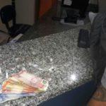 Drogas e uma quantidade de dinheiro foram apreendidas na Rua Carlos Chagas (Foto: Cedida pela Polícia Militar)