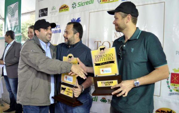 Prefeito Rodrigo Drable prestigiou o evento e premiou os primeiros colocados no torneio leiteiro (Foto: Paulo Dimas/Ascom PMBM)