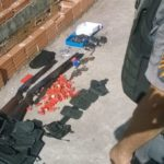 Armas, munições e rádios comunicadores foram apreendidos na operação (Foto: Cedida pela Polícia Militar)