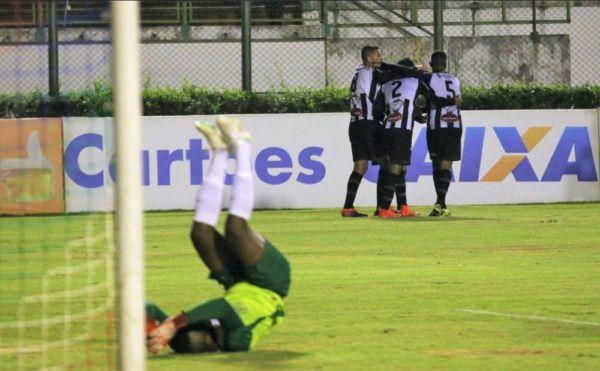 Goleiro Andrey, do Volta Redonda, desolado após o terceiro gol de Leandro Brasília, estreante da noite (Foto: Leonardo Costa/Tupi FC)