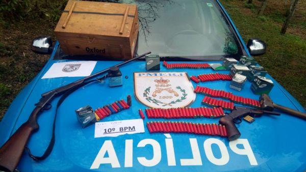 Apreendido: Armas e munições de diversos calibres foram encontradas com o suspeito na fazenda (Foto: Cedida pela PM)