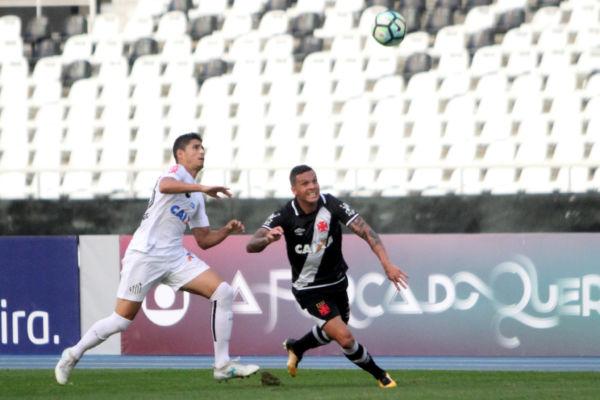 Doloroso: Com o Estádio Nilton Santos vazio após uma punição do STJD, os times judiaram da bola (Foto: Paulo Fernandes/Vasco.com.br)