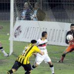 Voltaço tentou mas a bola não entrou no gol defendido pelo goleiro Matheus, do Joinville (Foto: Paulo Dimas)