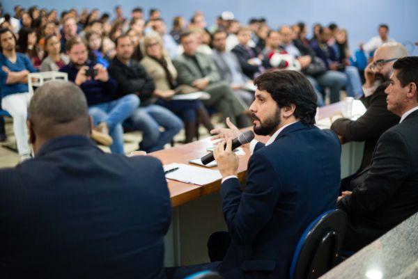 Samuca, ao lado de Dinho, participa de debate sobre segurança pública no UGB (foto: Gabriel Borges - PMVR)