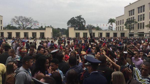 Centenas de pessoas se aglomeram ao redor de Bolsonaro para tirar fotos