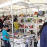Vendas aquecidas: Livros foram vendidos a preços populares durante a bienal (Foto: Franciele Bueno)