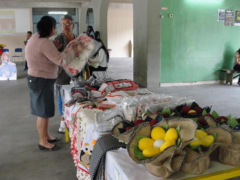 Variedades: Iniciativa da Associação de Moradores e Amigos do Açude promoveu feira no Ciep 403 (Foto: Júlio Amaral)