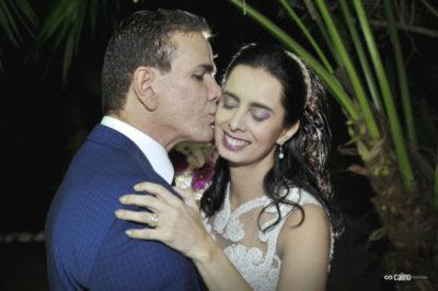 O joalheiro Laci Mendonça dando o beijo em sua amada, a médica Simone Pereira Paiva