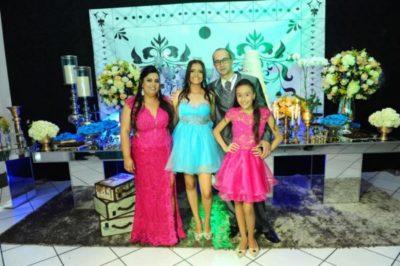 A debutante Nathália Abreu  com seus pais Messias Costa e Paula Abreu e a irmã Júlia Abreu