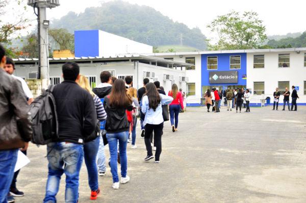 Estudando: Candidatos começaram a chegar para a prova por volta das 11 da manhã