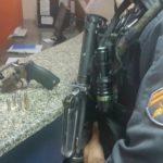 Com arma: Suspeitos foram abordados or policiais militares na Rua Campos Sales, no bairro Dom Bosco (Foto: Cedida pela Polícia Militar)