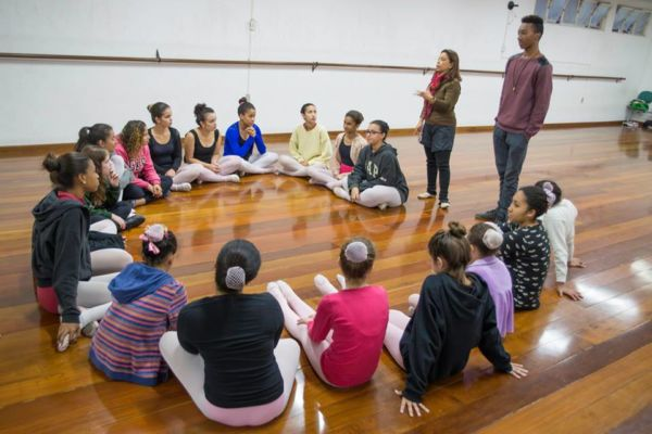 Profissão: Caio esteve na Agremiação Esportiva para conversar com as alunas do projeto de balé e contar sua trajetória (Foto: Divulgação)