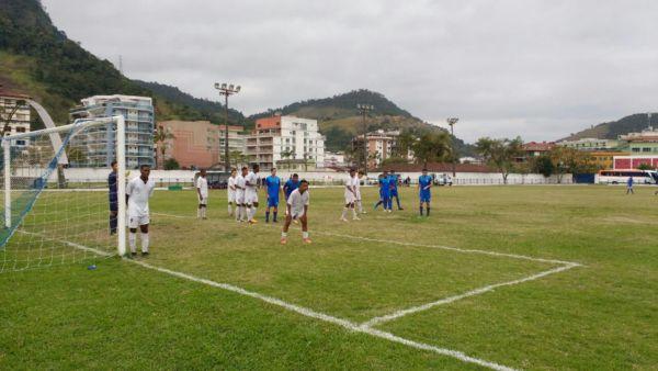 Barra Mansa, jogando de azul, venceu o São Cristóvão atuando em Angra dos Reis (Foto: Divulgação/Assessoria de Imprensa BMFC)