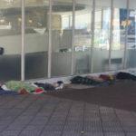 Fugindo do frio: Moradores em situação de rua se abrigam perto da Biblioteca Municipal, na Vila Santa Cecília (Foto: Enviada via WhatsApp)