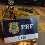 Produto da marca Gudang Garam, cujo a comercialização não é permitida no Brasil, estava dentro de duas caixas de papelão no bagageiro do ônibus (Cedida pela PRF)