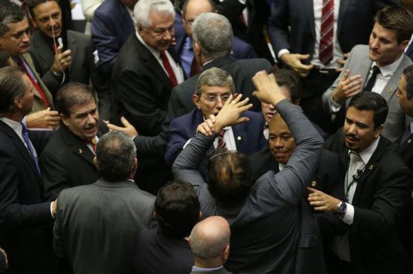 Congresso: Dividido entre Temer e Lula
