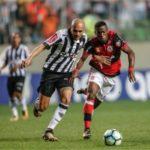 Brigado: Fábio Santos, do Atlético-MG, e Vinicius Júnior, do Flamengo, disputam a bola e o espaço no Independência (Foto: Staff Images / Flamengo)