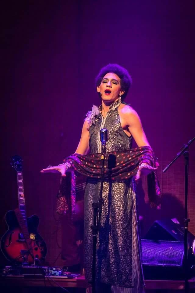 No palco: Jefferson Almeida vive a personagem Romina no espetáculo musical (Foto: Renato Mangolini)