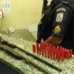 homem detido com armas em bm