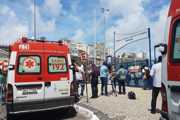Pessoas acompanham trabalho de resgate das vítimas do naufrágio