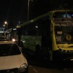Ônibus parou no meio da Rua 33, na Vila Santa Cecília (foto: Enviada por Cristara Huguenin)