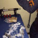 Tráfico: Quarenta e duas trouxinhas de maconha e sete sacolés de cocaína foram apreendidas na ação (Foto: Cedida pela Polícia Militar)