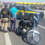 Preso: Contra motociclista parado em operação de fiscalização havia um mandado de prisão pelo crime de roubo (Foto: Cedida pela Polícia Rodoviária Federal)