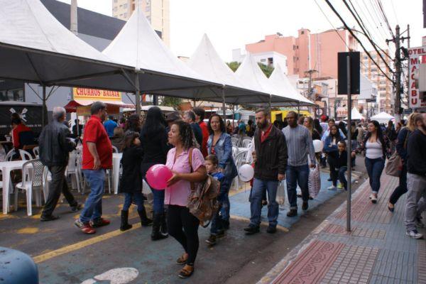 Domingo de compras: Avenidas Domingo Mariano e Joaquim Leite se transformaram num grande calçadão de negócios (Foto: Thaís Mattos/Communix)