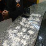 Pinos de cocaína e rádios transmissores foram apreendidos com os suspeitos no bairro Metalúrgico (Foto: Cedida pela Polícia Militar)