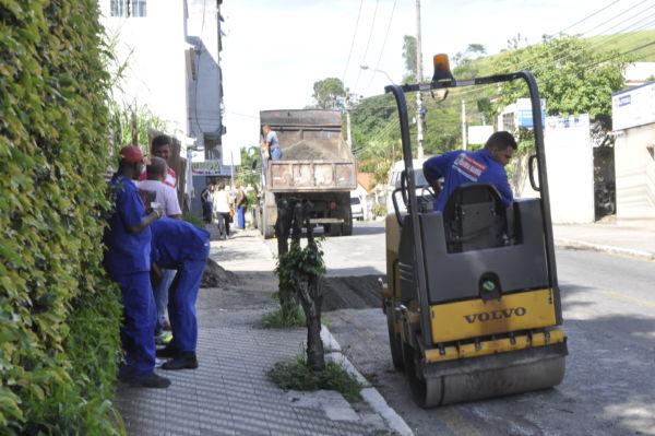 Manutenção: Funcionários do Saae tapam buracos no bairro Cotiara (Foto: Paulo Dimas)