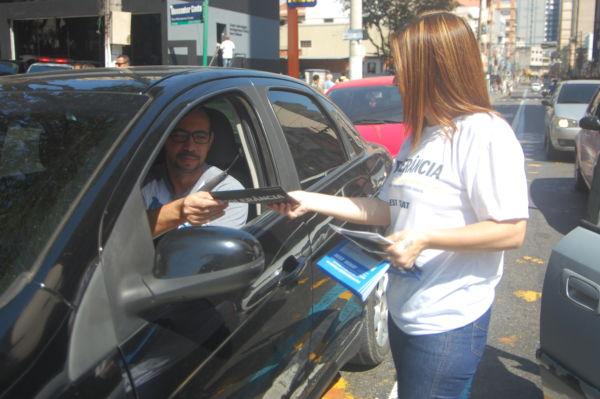 Em mãos: Folhetos com informações e alertas foram entregues para pedestres, ciclistas e motoristas (Foto: Divulgação/Chico Assis)