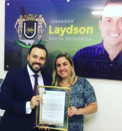 A médica Ana Vitória Savelli Cardoso, recebendo homenagem das mãos do vereador Laydson