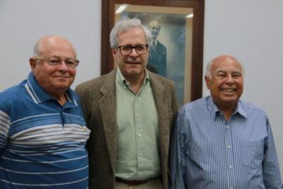 Manoel Corrêa do Lago, sendo recebido por Jairo Conde Jogaib e o presidente da Fundação Oswaldo Aranha, Dauro Aragão