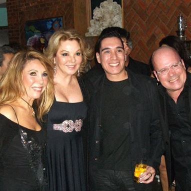 O chef Hugo Oliveira (aniversariante do dia) entre Teresinha Sodré, a atriz Vera Gimenez e Eder Meneghine, o Embaixador do Rio