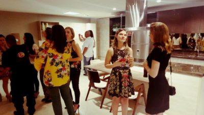 A empresária Mariana Braganholo apresentando aos arquitetos as novidades