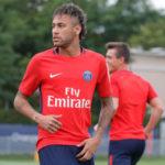Neymar treina com os novos companheiros do Paris