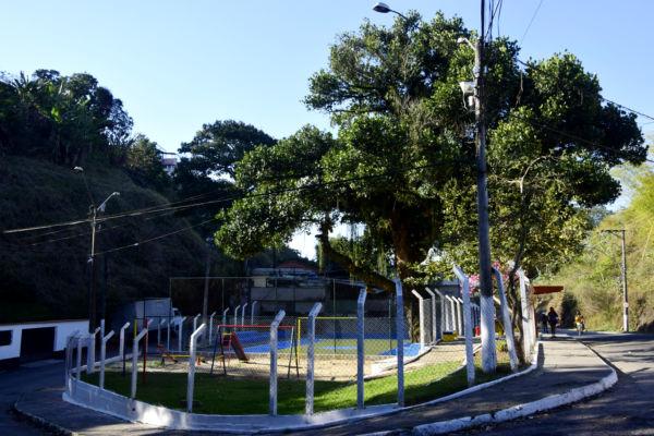 Pintura do piso, troca e reforma de alambrado, além de revitalização dos brinquedos estão sendo realizados pelas praças da cidade (Foto: Divulgação)
