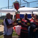Atletas e diretores do Retiro erguem a taça de campeão amador