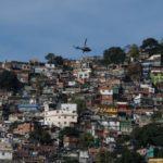 Cerco: Helicóptero passa sobre a Rocinha (Foto: Fernando Frazão/Agênci Brasil)