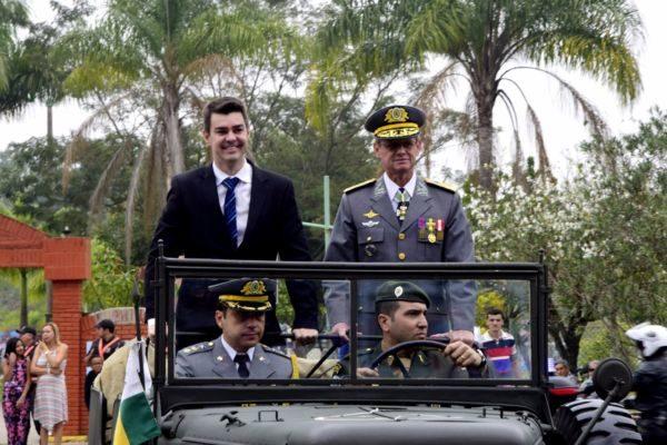 Balieiro e o comandante da Aman no desfile em carro aberto