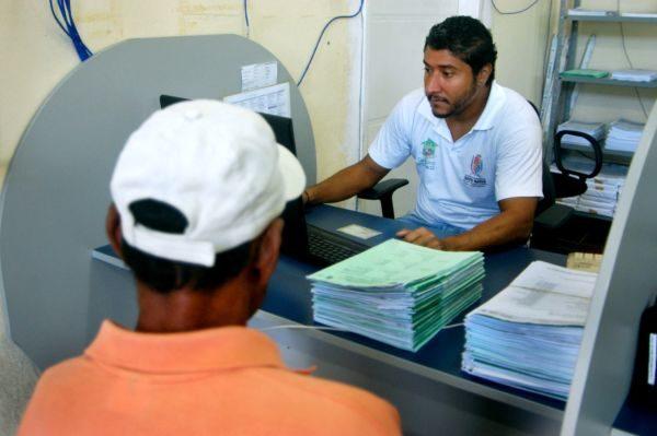 Atendimento: Funcionário da prefeitura conversa com usuário do benefício de prestação continuada (Foto: Chico de Assis – PMBM)