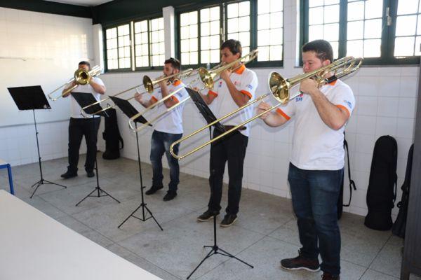 Mais perto da música: Grupo executou canções variadas como hinos dos clubes de futebol do Rio e clássicos da MPB (Fotos: Gustavo Dias)
